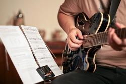 밴드 기타연주를 하는 뮤지션으로 이명과 청력보호를 위한 소음방지귀마개 제작- 뮤지션용