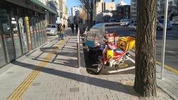 보도를 줄이고 설치된 오토바이(이륜차) 전용주차장