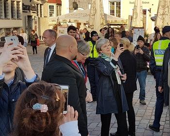 영국 총리 테리사 메이가 탈린 광장에 나타나니