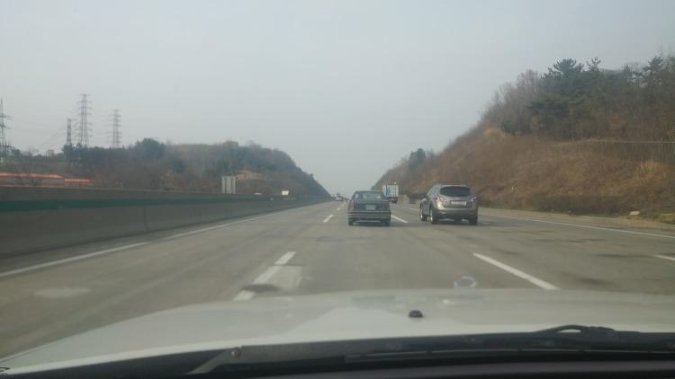 고속도로에서 본 초기형 대우 르망.