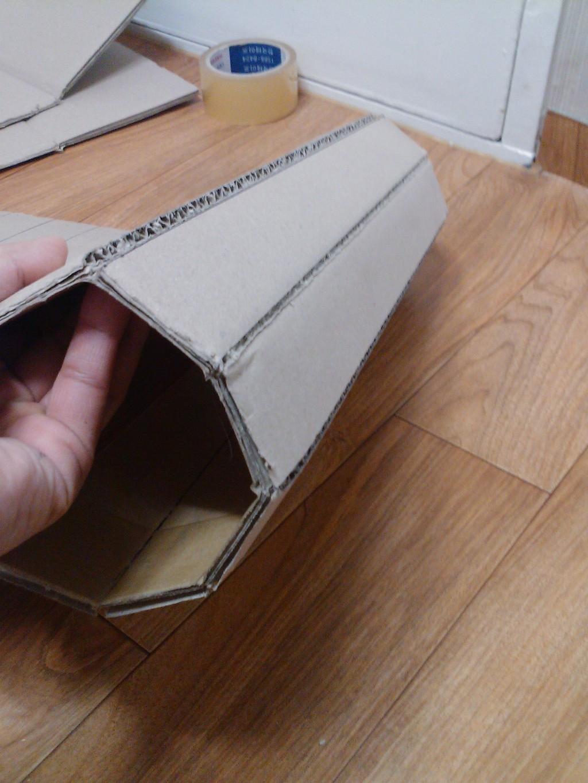 반쯤 한쪽면의 칼질이 진행된 박스.