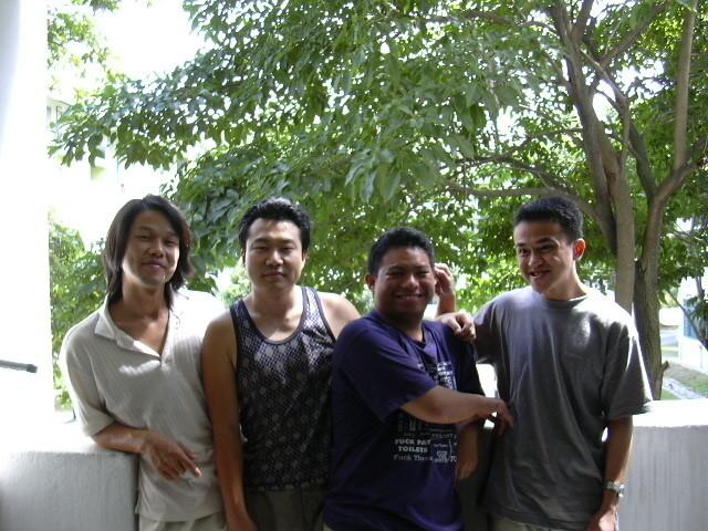 2003년 10월 25일 기숙사 아파트에서 친구들과