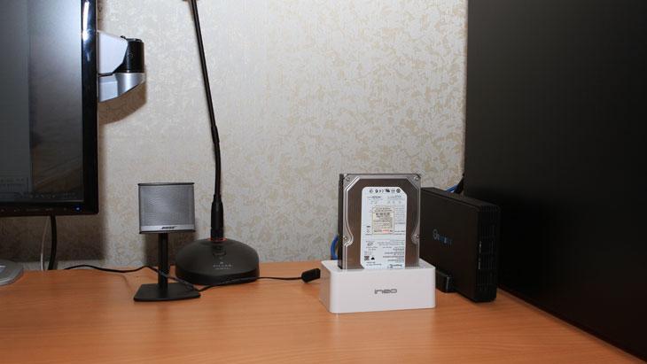 외장하드, 도킹스테이션, ineo, HDD Docking Station, i-NA317U PLUS, 도킹, 스테이션, HDD, 하드, 하드디스크, 아이네오, S-ATA, S-ATA3, S-ATA2, IT, 리뷰, 사용기, 제품, 사진,외장하드 도킹스테이션 ineo HDD Docking Staion i-NA317U PLUS 를 써봤습니다. 3.5인치와 2.5인치 하드디스크를 컴퓨터를 분해하거나 별도의 케이스에 끼우지 않고 바로 사용할 수 있게 해주는 장치 입니다. 아이네오 외장하드 도킹스테이션은 가격이 저렴하다는 장점이 있고 USB 3.0 인터페이스를 지원하기에 하위 호환으로 범용성이 넓다는 장점이 있습니다. E-SATA 같은 인터페이스가 있는 장치도 물론 좋긴 하지만 가격이 좀 더 올라가고 다른 곳으로 장소를 이동했을 때 E-SATA 가 꼭 있어야한다는 점이 생기지만 USB 3.0 은 USB 2.0 에서도 사용이 가능하며 물론 USB 3.0 에 연결하면 실제 전송속도가 하드디스크의 읽기속도에 버금가는 속도를 내어줍니다.  아이네오 도킹스테이션 i-NA317U PLUS을 쓰기 전에 저도 물론 USB 2.0 의 S-ATA 젠더가 있어서 하드디스크를 연결해서 사용을 했었는데요. 저에게는 3.5 인치 하드디스크가 9개 정도 있기 때문입니다. 물론 제컴퓨터에 모두 꽂아서 사용해도 되긴하지만 모두 다 꽂아 놓고 사용할 필요가 없는 데이터 보관용이기 때문에 필요할 때만 꽂아서 쓰곤 했었죠. 아이네오 도킹스테이션을 사용하니 USB 2.0 때보다 훨씬 빠른 속도로 신속하게 하드디스크를 컴퓨터를 끄지 않고 연결해서 사용이 가능하더군요. 게다가 맥에서도 지원하기 때문에 언제든 뺏다가 꽂아서 사용이 가능합니다. 2.5 인치 하드디스크도 연결이 가능하기 때문에 노트북용 하드디스크에 데이터를 직접 넣거나 백업시에도 사용이 가능하죠. 하드렉이나 젠더같은 타입보다 아이네오 도킹스테이션의 장점이라면 저렴하게 USB 3.0 연결이 가능하고 케이스가 있어서 하드디스크를 수직으로 지지할 수 있으며 어디든 사용이 가능하고 사용이 쉽다는 점 입니다. 하얀색 케이스로 만든 이유는 아무래도 맥과 어울리는 색상을 만들려고 이렇게 해둔듯하네요. 하드디스크를 자주 뺏다가 꽂았다가 하시는 분들 그리고 저렴한 제품을 찾는분들에게 유용한 아이템 입니다.