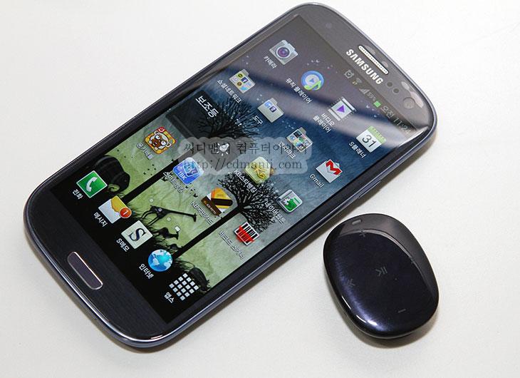 삼성 MP3 Player W1, 삼성 W1, 해외향, 사용기, 후기, 리뷰, IT, 제품, review, 페블 블루, 페블, YP-W1AL, 삼성, SAMSUNG,삼성 MP3 Player W1 YP-W1AL 을 사용해보니 저도 궁금한점이 많이 생기더군요. 갤럭시S3 처음 발표 때 조약돌을 닮은 조약돌 처럼 생긴 디자인이 참 눈에 띄었죠. 함께 발표한 악세서리 중 삼성 MP3 Player W1 YP-W1AL 사용해 보고 후기를 적어봅니다. 디스플레이는 별도로 없고 터치만 동작하는 작은 몸체를 가진 MP3이기 때문에 상당히 작습니다. 손으로 쥐면 보이지 않을정도로 작네요. 페블 블루 색상인데 갤럭시S3의 페블 블루와 느낌이 거의 같습니다. 그냥 검은색이 아니라 오묘한 색을 띄고 있어서 색상만으로 존재가치가 있네요. 배터리가 얼만큼 가는지 그리고 실제 사용시 느낌은 어떤지 궁금하였는데 그래서 실제로 계속 플레이도 해보고 사용을 해보았습니다. 개인적인 생각으로는 삼성 MP3 플레이어 W1이 작아서 휴대하기는 좋긴 하더군요. 오히려 너무 작아서 잃어버릴까 걱정이 될 정도였죠.  터치를 사용할 때 몇번째 곡 정도를 재생하고 있는지 감으로 파악해야하는 점은 있지만 터치로 동작을 하고 상단이 상당히 매끄럽고 모양이 둥글둥글하다는게 참 독특하네요. 그럼 삼성 MP3 Player W1에 대해서 상세히 사용기를 적어보도록 하겠습니다.