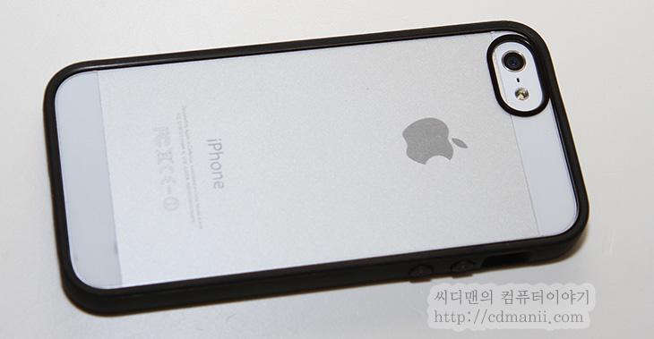 아이폰5 케이스, 벨킨 뷰 케이스, 벨킨 뷰, 뷰 케이스, 사용기, 후기, 리뷰, IT, belkin view case, 케이스, 악세서리, 아이폰5, 아이폰5 케이스 벨킨 뷰 케이스를 사용해 봤는데 후면부분은 투명하고 가장자리는 범퍼케이스와 같이 되어있어서 2개의 케이스의 장점을 가진 케이스더군요. 아이폰5 케이스를 고민하는 분들은 범퍼케이스를 할지 아니면 뒷부분과 측면을 모두 덮는 케이스 형태를 할지 고민을 할겁니다. 둘다 장단점이 있으니까요. 벨킨 뷰 케이스는 고민을 줄이기 위해서 뒤를 투명하게 했습니다. 범퍼 케이스를 선택하는 이유라면 후면의 디자인 때문일테니까요. 그리고 가장자리는 보호되어야하구요. 케이스 형태를 고르는 이유도 비슷하긴 하죠. 제 경우에는 사실 범퍼보다는 케이스형태가 더 편하긴 한데요. 후면부분도 충격에서 보호해줄수있고 손에도 잘 쥐어지니까요. 물론 그냥 쌩으로 쓰는게 좋다며 케이스 없이 쓰는 분도 있겠으나 아이폰5는 이전보다 더 얇아져 케이스 없이 쓰면 뭔가 허전하더군요. 그럼 지금부터 belkin view case를 실제로 장착해보고 사용해보도록 하겠습니다.
