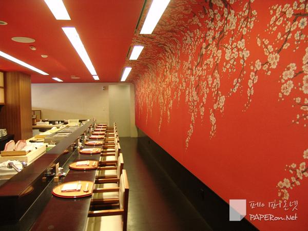 붉은색 벽지의 강렬한 인상을 가진 일식 전문점 SAKEA