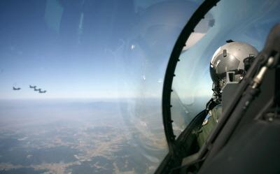 KF-16에서 전방을 살피는 조종사