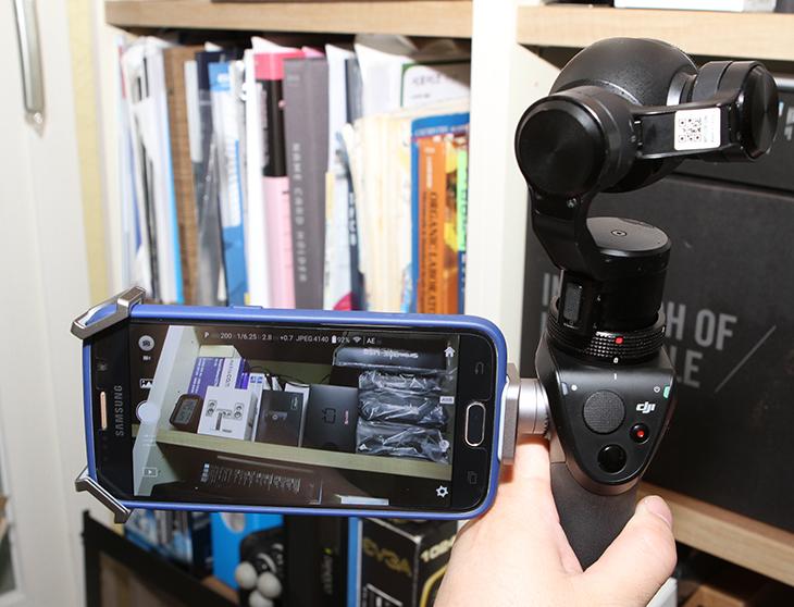 DJI OSMO ,4K 짐벌, 캠코더, 실사용 ,후기,IT,IT 제품리뷰,후기,사용기,DJI OSMO 4K 짐벌 캠코더 실사용 후기를 올려봅니다. 디지 인스파이어1 같은 드론을 꼭 써보고 싶었는데 이것을 먼저 써보게 되었네요. 드론에서도 사용되는 4K UHD 캠코더를 손으로 들고다니면서 촬영할 수 있게 만든 제품이 이것인데요. 짐벌이 가능하도록 해둔 DJI OSMO 4K 짐벌 캠코더 실사용을 해봤는데 놀랍더군요. 손떨림 보정 정도가 아니라 촬영하고 싶은 사물에 대한 고정 촬영이나 좀 더 부드러운 영상을 찍을 수 있었습니다. 화질도 4K로 월등하게 좋았는데요. 물론 소니 핸디캠 같은 제품에 보면 4K 소형이 나온 상태이고 요즘은 스마트폰도 손떨림 보정에 4K 촬영까지 되는 상황이긴 하지만 그 보정폭이 좀 다르죠. 헬리캠에서 4K로 바다에 지나가는 배를 찍은것을 봤었는데 엄청난 화질에 놀랐었는데요. 충분히 그런 화질을 기대할 수 있는게  DJI OSMO 였는데요. 그럼 사용해보면서 느낀점에 대해서 적어보도록 하겠습니다.