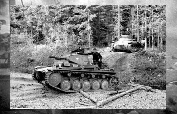 사진: 아르덴 숲을 진격 중인 독일 기갑부대. 연합군을 공포에 몰아 넣은 독일군의 전격전은 빠른 속도가 이유였다. 그로인해 연합군은 영화 덩케르크 철수 작전에서 처럼 고생을 해야 했다. [덩케르크 실화, 다이나모 작전]