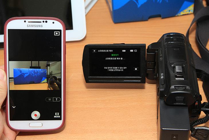 소니 HDR-PJ820 와이파이, 동영상 공유, 원격 촬영, 스마트폰, 원격, PJ820, 캠코더, 사진, 공유, WiFi, IT, 소니 HDR-PJ820 와이파이 동영상 공유 및 원격 촬영 방법을 소개 합니다. 예전에 소니 캠코더 경우에는 WiFi 기능을 위해서 별도의 악세서리를 제공한적이 있었는데요. 이제는 WiFi 기능이 그냥 내장된 모델들이 나오고 있습니다. 물론 WiFi 실시간 생방송과는 약간 차이가 있지만요. 소니 HDR-PJ820 와이파이를 이용한 동영상 공유 및 원격 촬영은 캠코더로 찍은 영상을 스마트폰으로 선연결 없이 옮길 수 있습니다. 또는 스마트폰을 이용해서 원격으로 캠코더를 제어할 수 도 있습니다. 소니 HDR-PJ820 와이파이를 이용한 실시간 중계등도 되면 좋긴 하겠지만 그건 안되는군요. 이건 앱에서 변경이 좀 있어야할듯 하구요. 지금 소개시켜드릴 기능은 위에 두가지 기능 입니다.