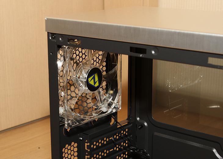 나라테크윈 ,N-2AL, 미들타워, 케이스,IT,IT 제품리뷰,AMD 컴퓨터를 하나 만들어봤었는데 그때 소개했던 제품을 살펴보죠. 그때 보여드렸던 케이스가 이번에 소개할 제품인데요. 나라테크윈 N-2AL 미들타워 케이스가 그것입니다. 모델명에는 알루미늄을 연상시키는 단어가 들어가 있는데요. 실제로 이 제품도 알루미늄이 사용이 되네요. 외부 부분이 알루미늄이 사용이 됩니다. 그리고 특이하게 양쪽 측면은 아크릴판이 사용이 됩니다. 어두운색에 가까운 반투명한 아크릴판이 사용됩니다. 나라테크윈 N-2AL 미들타워 케이스는 그런 이유로 내부에 튜닝을 해두면 약간 멋스럽게 내부를 볼 수 있습니다.