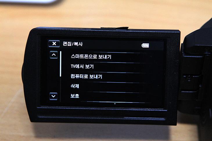 HDR-PJ820 사용 소감, 철쭉 사진 촬영, 소니, PJ820, IT, 캠코더,HDR-PJ820 사용 소감을 적어볼까 합니다. 기능에 대해서는 대부분 설명글을 이미 올렸습니다. 굳이 이 글의 주제를 정하면 정리글이 되겠네요. 기능 중에서 괜찮았던 기능을 적어보겠습니다. 그리고 철쭉 사진 촬영도 해봤습니다. 외부 촬영이 있을 때 마다 HDR-PJ820으로 촬영을 했는데요. 소니 캠코더가 마음에 드는 점은 대용량 배터리팩을 쓸 수 있다는 점 입니다. 장시간 넉넉하게 촬영할 수 있는점은 상당한 장점이죠. 이런 이유로 방송에서도 야외 촬영시 여러개 설치하는 캠코더로는 소니 캠코더를 쓰는 모습을 쉽게 볼 수 있습니다. 대용량 배터리팩은 구매한지 꽤 된듯한데 지금도 잘 쓰고 있습니다. 아무리 조작하고 사용하더라도 5시간 이상은 충분히 사용할 수 있다는 점이 강점이죠. 야외로 들고 나갈 때 배터리 걱정을 하지 않는 이유도 그것이죠.  B.O.SS가 적용된 렌즈부도 장점입니다. 손으로 들고 촬영 중에 망원을 당겨야하는 경우가 가끔 생기는데 이럴 때 보다 흔들리지 않는 영상을 안정적으로 촬영할 수 있습니다. 반대로 개인적으로는 잘 쓰지 않는 기능들도 있었습니다. 자신의 목소리는 지우는 기능은 저는 혼자 직접 설명하면서 찍는 경우가 많으므로 쓰지 않게 되더군요. 오히려 이 기능을 쓰면 제 목소리가 녹음양이 줄어들어서 문제가 되더군요. 프로젝터 기능도 필요한 경우에는 쓰게 되는데 집안에서 아주 자주 사용되지는 않더군요.