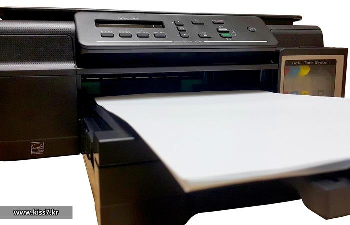 사진: 브라더 무한잉크 복합기는 용지공급도 다르다. 다른 프린터는 뒤에 꼽아 사용하지만, 앞쪽으로 넣을 수 있어서 먼지가 타지 않고 많은 양을 넣어 놓을 수 있다. [엡손, 캐논, 브라더 무한프린터]