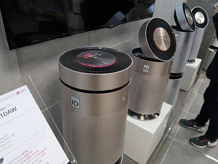 LG 퓨리케어, 360 공기청정기, 360도로 ,먼지를, 담고 ,멀리, 깨끗한 공기를,IT,IT 제품리뷰, 인테리어,앞으로 점점 공기는 더 나빠질 것 입니다. 특히 우리나라는 그렇죠. LG 퓨리케어 360 공기청정기 360도로 먼지를 담고 멀리 깨끗한 공기를 보내는 제품에 대해서 살펴보고 왔습니다. 직접 보니까 디자인은 사진으로 봤던 것 보다는 괜찮네요. 실물이 훨씬 좋았습니다. LG 퓨리케어 360 공기청정기는 엘지에서 나온 고급형 모델 중 하나입니다. 그리고 앞으로 저렴한 제품보다는 좀 더 성능이 좋은 제품들이 주류를 이룰 것이라고 합니다.