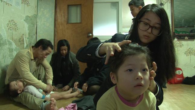 서로간에 도우며 살아가는 13남매 대가족 아이들