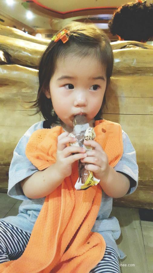 아이스크림 먹는 서윤이
