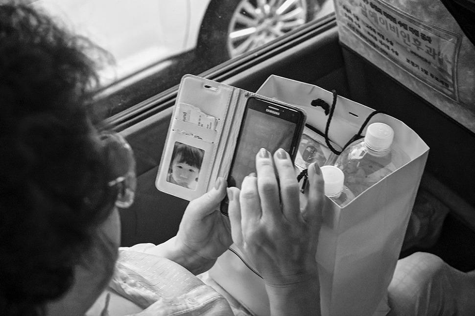 할머니가 핸드폰게임하고있는 사진