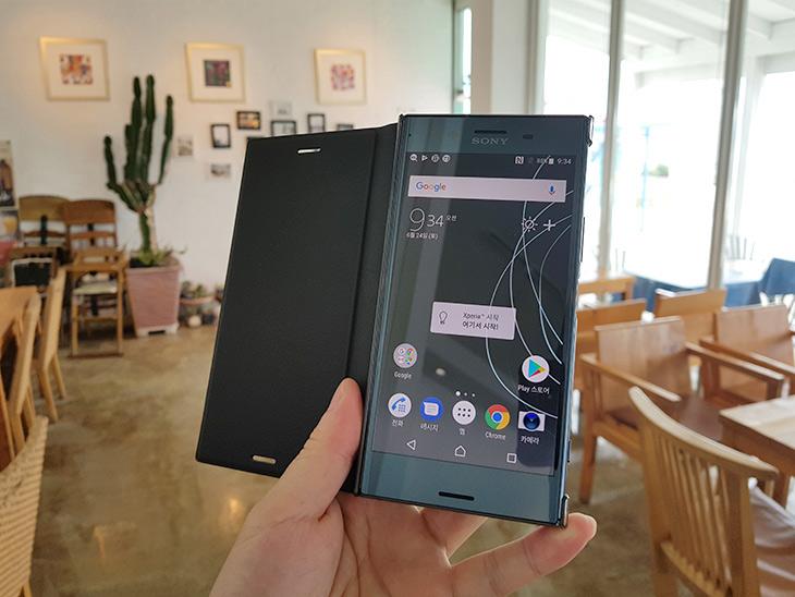 소니 ,엑스페리아 XZ 프리미엄, 960프레임 ,수퍼 슬로 모션,IT,IT 제품리뷰,스마트폰의 성능이 좋아지면서 이런것도 되네요. 이제는 초고속카메라 흉내를 냅니다. 소니 엑스페리아 XZ 프리미엄 960프레임 수퍼 슬로 모션을 이용을 해 봤는데요. 1초에 960장을 찍는 형태로 아주 빠르게 장면을 담아냅니다. 소니 엑스페리아 ZX 프리미엄의 이전작과 가장 차이가 많이 나는 기능중 하나이기도 한데요. 슬로우모션으로 촬영을 하면 6-7초 정도의 아주 느린 영상이 만들어지게 되는데요. 순간적으로 특정 부분에서 느려지게 되고 나머지 영상은 일반 촬영이 이어붙는 형태로 되어서 초보자도 쉽게 특별한 영상을 만들 수 있습니다.