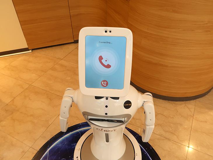 롯데백화점 본점, 엘봇, AI 기술 ,도입, 스마트쇼핑, 도움준다,IT,IT 제품리뷰,로봇이라고 해서 상당히 궁금했는데요. 실제로 체험해봤습니다. 롯데백화점 본점 엘봇은 AI 기술 도입으로 스마트쇼핑을 할 수 있도록 도움을 주는 로봇 인데요. 먼 미래에는 로봇이 실제로 걸어다니게 될지 모르지만. 롯데백화점 본점 엘봇은 그 시작단계의 모습을 실제로 생활에서 만나볼 수 있는 로봇 이었습니다. 사용자가 다가가면 알아서 말로 설명을 해주고 도움을 주도록 되어있었는데요. 앞으로의 미래가 점점 더 기대가 되는 시간이었습니다.