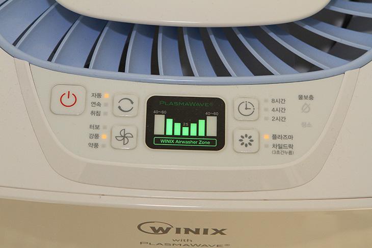 위닉스 에어워셔 숨, 위닉스 에어워셔 숨 단점, 위닉스 에어워셔 숨 장점, 위닉스 에어워셔 숨 전력소모량, 위닉스 에어워셔 숨 소음, 에어워셔 숨 단점, 에어워셔 숨, 에어워셔 숨 전기요금, 에어워셔 숨 전력소모량, 에어워셔 숨 소음,위닉스 에어워셔 숨 WSC-350BB 전력소모량 및 소음을 측정해보고 장점 단점도 알아보는 시간을 갖도록 하겠습니다. 이 제품을 구매한것은 와이프가 밤마다 기침을 많이해서 습도가 낮아서 어떤 제품을 구매할까 고민을 하다가 가습기보다는 좀 더 괜찮은 위닉스 에어워셔 숨 WSC-350BB를 보면서 였습니다. 가습기에서 나오는 물방울 입자는 너무 굵어서 먼거리까지 가습이 힘들고 먼지를 떨어뜨리는 능력도 그렇게 월등하진 않은데요. 이 제품의 경우에는 원형으로된 많은 디스크를 물에서 회전하면서 그 윗부분을 말려서 공기를 위로 보내면서 가습을 합니다. 동시에 공기중에 있는 먼지도 물에 흡착시키는 능력도 있는데요.  제가 테스트 해본봐로는 가습 능력은 분명 확실히 있습니다. 게다가 물을 많이 넣을 수 있고 밤세 켜놓으면 습도가 상당히 많이 올라가더군요. 습도는 43% 이하가 되면 먼지로 인해서 감기에 걸릴 확률이 높고 그 이상이 되면 급격히 낮아진다고 합니다. 물론 너무 높은 습도는 물건을 상하게 할 수 있죠. 적정 습도를 유지하는게 중요합니다. 공기를 자주 환기하면서 습도도 계속 올려주는게 좋죠.  위닉스 에어워셔 숨 WSC-350BB를 테스트 하면서 제가 주요한 점으로 본점은 과연 돈값을 할까라는 점이었습니다. 전력소모량이 너무 많아서 켜놓기는 부담스럽지 않을까. 또는 소음이 커서 잠잘때 방해가 되지 않을까 하는 등의 여러가지 걱정이 있었는데요. 실제로 구매해본 뒤 테스트를 해서 올리는 자료이니 분명 구매하시는 분들에게는 참고가 될겁니다.