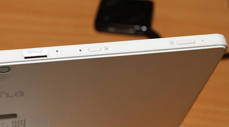 LG 탭북 듀오 ,LG 탭북 듀오 화이트 ,LG 탭북 듀오 사용기,LG 탭북 듀오 후기, 이전과 달라진 점,IT,IT 제품리뷰,탭북듀오,LG,사용기,후기,4K 동영상,문서작성,멀티페어링,블루투스 키보드,LG 탭북 듀오 화이트 사용을 해 봤는데요. 이 제품의 큰 특징은 태블릿처럼도 노트북처럼도 쓸 수 있는데 블루투스 방식으로 연결이 된 점입니다. 이전 제품의 경우 키보드와 상단 태블릿 본체 부분이 붙어있는 형태였습니다. 그래서 키보드가 조금 좁았는데요. LG 탭북 듀오 화이트 경우에는 키보드의 영역을 넓히고 터치패드를 넣었습니다. 그리고 블루투스 방식으로 연결되도록 해서 상판 본체 부분과 아예 분리가 되도록 했습니다. 블루투스 키보드의 역할이 상당히 많아졌는데요. LG 탭북 듀오에도 연결됨은 물론 2개의 기기에 멀티페어링을 더 해서 최대 3대의 장치에 동시에 연결 및 사용을 할 수 있도록 했습니다. 참고로 스마트폰에 연결하면 터치패드는 물론 키보드까지 그대로 사용할 수 있습니다. LG 탭북 듀오는 블루투스 키보드를 따로 들고다니느 번거로움을 없애면서도 태블릿처럼 사용할 수 있도록 한 그런 제품입니다.