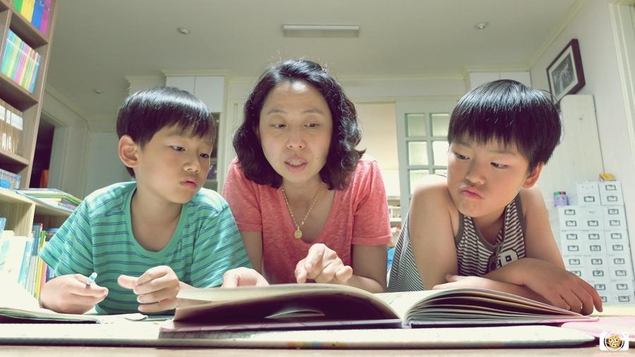 책읽어주는가족사진