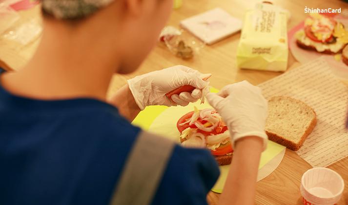 봉사자들이 만드는 샌드위치
