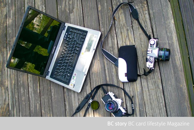 노트북과 필름카메라 2대