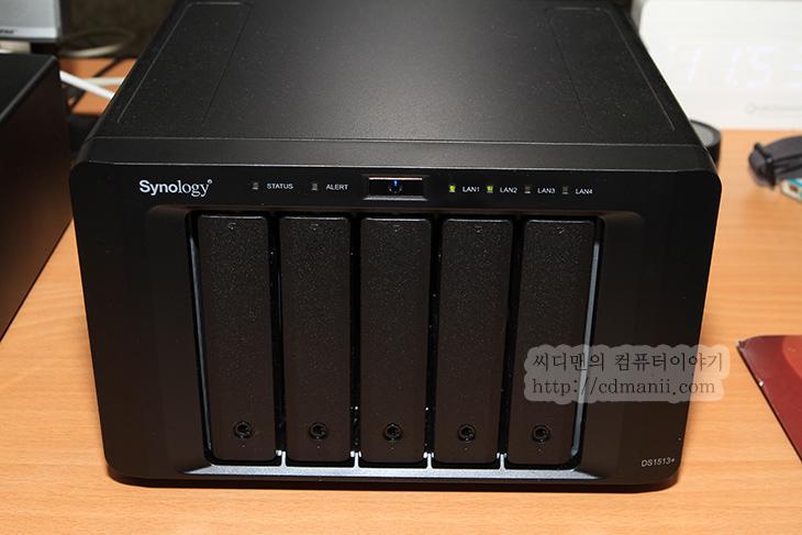 시놀로지 DS1513+, DS1513+, 초기 설정, 초기 셋팅, DS1513+ 초기 설정, DS1513+ 초기 셋팅, 시놀로지 nas, Synology, Synology NAS, NAS, 나스, 시놀로지, IT, 제품, 리뷰, 후기, 사용기,시놀로지 DS1513+ 초기 설정 방법을 설명 합니다. 처음 제품을 구매 후 열어보면 너무 간단한 설명서 하나만 들어있습니다. 처음 셋팅 후 STATUS 램프가 계속 깜빡여서 이것 어떻게 해야하는것인지 고민하실듯한데요.이런 분들을 위해서 시놀로지 DS1513+ 초기 설정 방법을 아주 간단하게 설명하겠습니다. 이 글을 반드시 한번 보고 DS1513+ 초기 셋팅을 하시기 바랍니다. 설명을 먼저 보면 너무 간단해서 허탈하실지도 모르니까요. 그리고 설치 후 셋팅 하여 스토리지를 연결하는데 까지 한번에 배워보도록 하겠습니다.  NAS는 예전에는 좀 복잡하고 기능이 너무 많아서 쓰기 어려웠지만 최근에는 웹페이지를 통한 운영체제와 비슷한 인터페이스를 구현해서 마우스 클릭만으로도 설정이 가능하고 살펴볼 수 있도록 되어있습니다. 게다가 시놀로지 DS1513+ 은 듀얼코어 프로세서를 넣어서 성능도 다른 NAS에 비해서는 상당히 좋습니다. 설정 페이지를 열어서 셋팅하는 중에 반응속도가 꽤 빨라서 좋았습니다. 이 부분이 느리면 참 답답하니까요.  DS1513+ 경우에는 막강한 성능 외에도 아주 다양한 기능을 제공 합니다. 기능이 너무 많아서 사실 제가 한참 설명해야 할 듯한데요. 이번글을 시리즈로 차근차근 설명드리도록 하겠습니다. 이번편에서는 시놀로지 DS1513+ 초기 설정 방법에 대해서 먼저 살펴보죠.