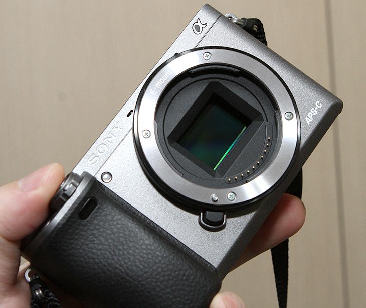 하이엔드 ,미러리스 ,A6000 ,연사, 동적추적, 100% 시야율 ,뷰파인더,IT,IT 제품리뷰,카메라,작고 컴펙트한 사이즈를 가진 카메라 입니다. 그런데 성능은 꽤 괜찮습니다. 하이엔드 미러리스 A6000 연사 동적추적 100% 시야율 뷰파인더 및 실제로 사용시 괜찮았던 점을 알아보려고 합니다. 하이엔드 미러리스 A6000 연사 동적추적을 이용하면 빠르게 지나가는 물체도 추적하여 빠르게 AF를 잡으면서 사진을 찍을 수 있습니다. 아이들 사진을 찍거나 또는 애완동물 사진을 찍을 때 상당히 유용한데요.