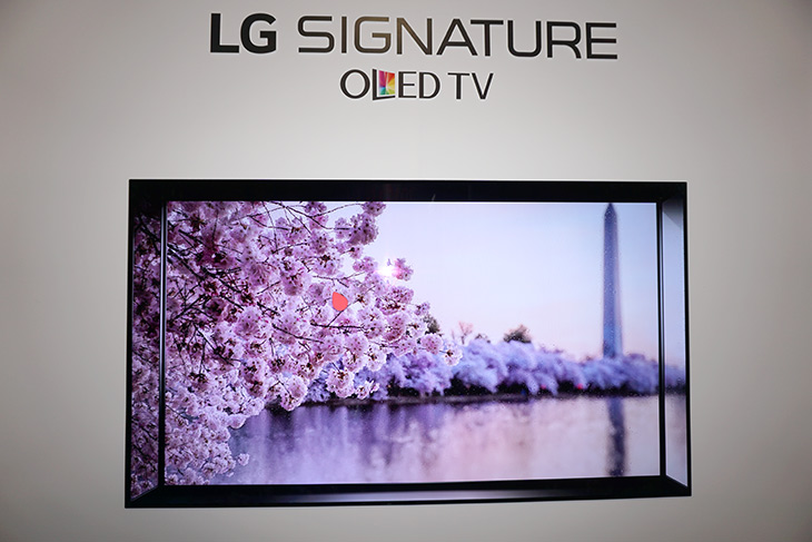 LG ,시그니처, 올레드 TV, W시리즈, 나노셀 기술, 슈퍼, 울트라HDTV,IT,IT 제품리뷰,올레드 기반과 LED 기반으로 양분화 하여 나오네요. 벽에 붙는것은 신기했는데요. LG 시그니처 올레드 TV W시리즈 나노셀 기술 슈퍼 울트라HDTV를 소개 합니다. 실제로 저는 직접 눈으로 봤는데요. 인테리어 잘 해두면 정말 멋질듯 합니다. LG 시그니처 올레드 TV W시리즈는 벽과 하나가 되는 시리즈로 두께가 4mm 미만 입니다. 정말 벽에 붙이는 TV라고 해도 될정도의 제품이었구요. LED 기반의 HDTV에서도 나노셀 기술을 넣어서 LCD 제품중에서는 최고 화질을 구현한 슈퍼 울트라HDTV도 내어놓았습니다.