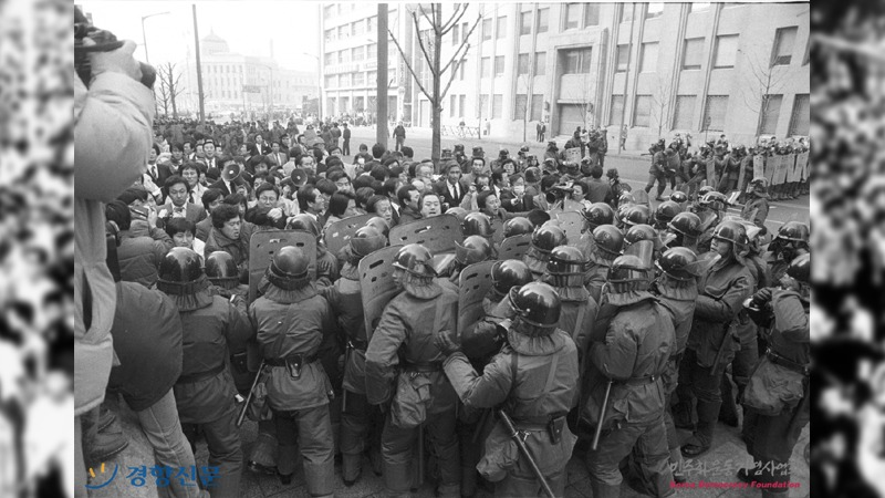 사진: 전국적으로 국민들이 항의와 시위를 했다. 정부는 전투경찰을 동원해서 이를 막았다.