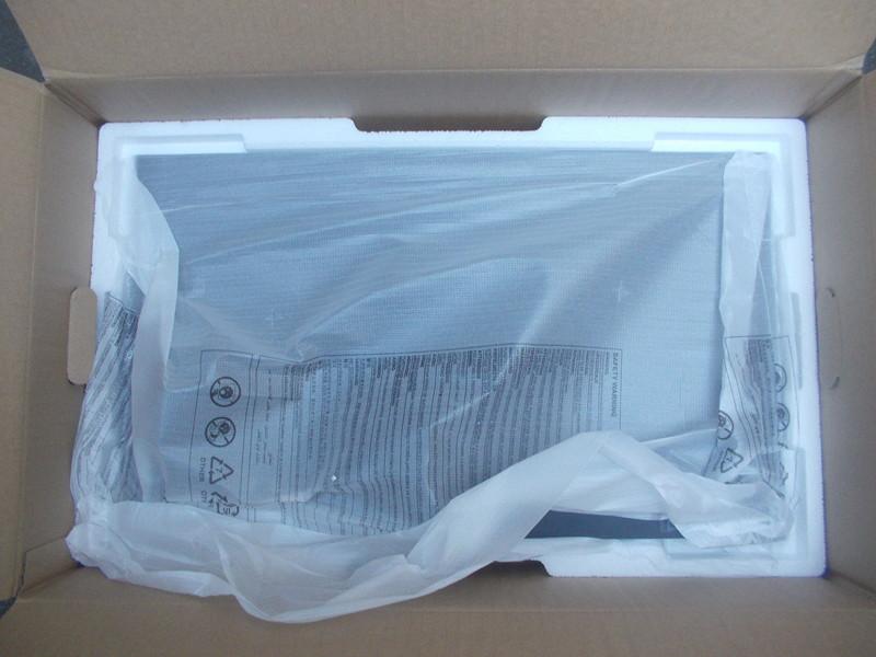 구성품 아래 배치된 S27F350 제품 모니터 본체 모습