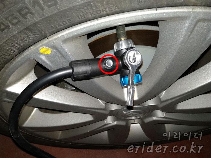 자전거 펌프로 자동차 타이어에 바람 넣기