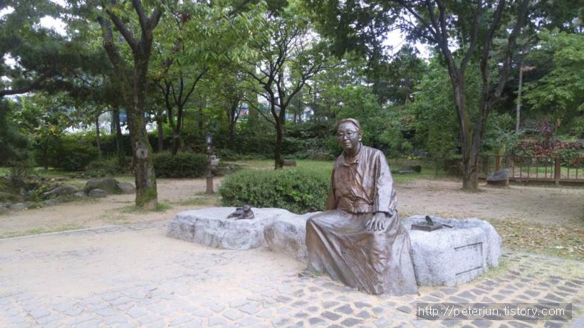 박경리 작가 동상