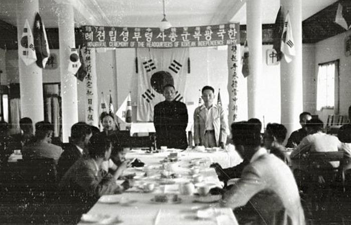 사진: 1941년 미국과 일본의 전쟁이 터지자, 그 이틀 뒤에 임시정부는 일본에게 선전포고를 하였다. 사진은 한국광복군총사령부성립전례에서 연설하는 김구 선생. [광복절이어야 할 해방, 독립의 날]