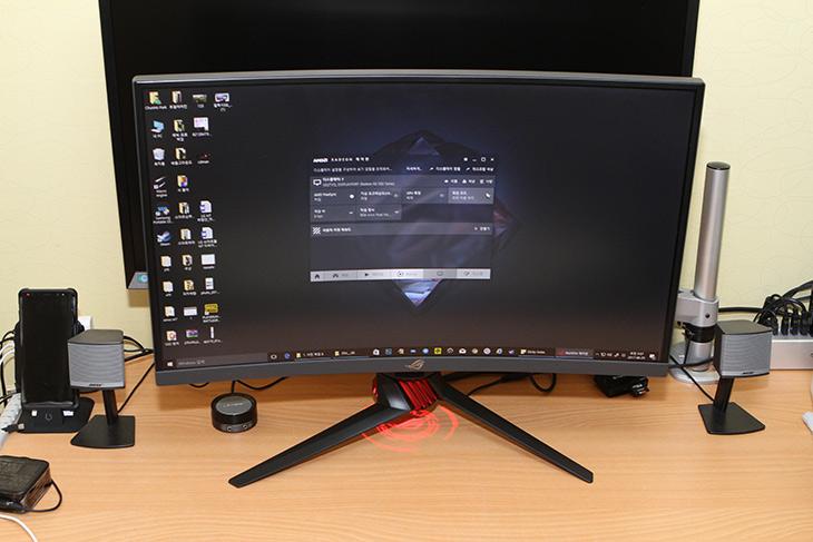 Strix XG27VQ ,커브드 모니터, ASUS ,XG시리즈, 모니터 ,리뷰,IT,IT 제품리뷰,새로운 게이밍 모니터를 소개 합니다. ASUS의 XG 시리즈 인데요. Strix XG27VQ 커브드 모니터 ASUS XG시리즈 모니터 리뷰를 시작해보도록 하죠. 이 모니터는 FullHD 해상도에 144Hz를 지원하는 모니터 입니다. Strix XG27VQ 커브드 모니터는 27인치 화면이지만 1800R 곡면디스플레이를 넣어서 화면 몰입도를 좀 더 높였습니다. AMD FreeSync 기능도 지원을 하여 화면잘림이나 흔들림을 보정해주는 기능도 가능합니다. 물론 AMD 그래픽카드를 함께 사용해야 합니다.