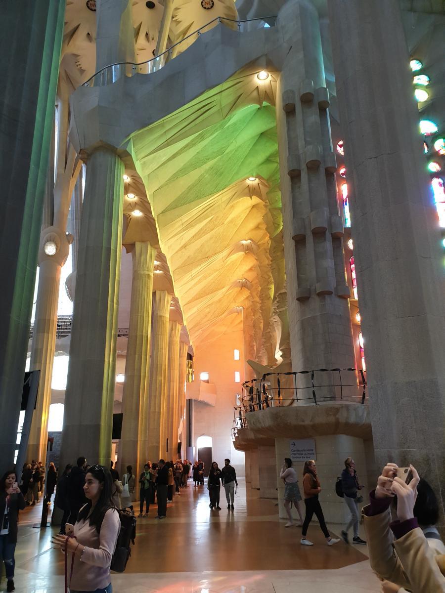 바르셀로나 사그리다 파밀리아 성당내부사진입니다.