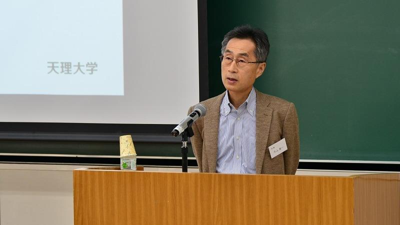 사진: 한 대학에서 강의 중인 작가 카타야마 쿄이치의 모습.