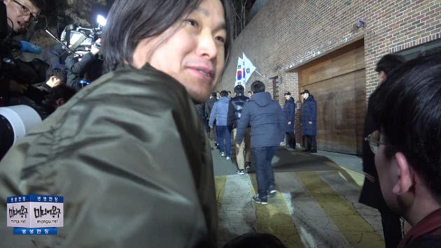 [영상] 이명박 구속 지켜 본 주진우 기자 반응