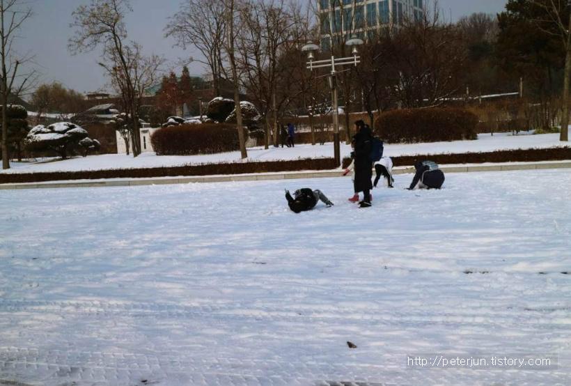 눈위에서 뒹구는 아이들